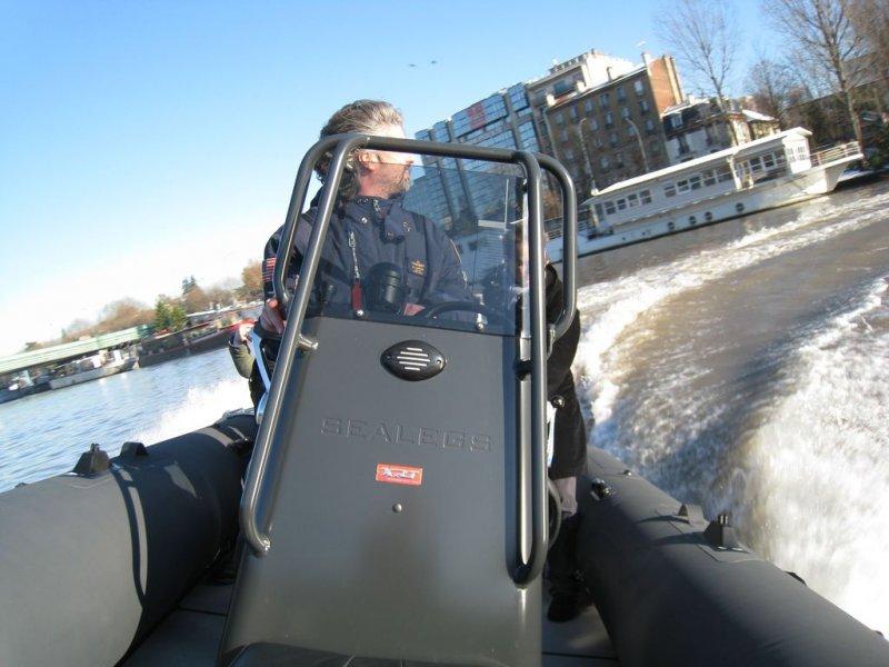 pilote-en-virage-sealegs-7-1m-professionnel-bateau-semi-rigide-amphibie