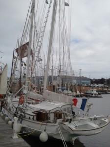 Festival du chant de marins : L'Adventura dans le port de Paimpol