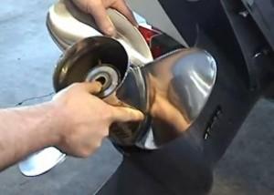 Hivernage hors-bord : démontage hélice moteur hors-bord