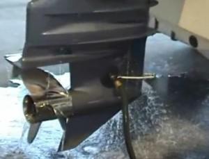 Hivernage hors-bord - Rincage moteur avec oreilles ventouses