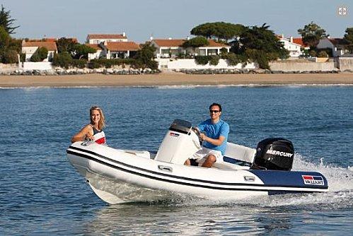 nouvelle gamme de semi rigides valiant sport et comfort pour 2011 le bateau horizon nautique. Black Bedroom Furniture Sets. Home Design Ideas