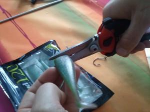 Découpe du leurre souple Illex Nitro shad 120mm vert pailleté