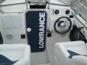 Installation d'un étrier support de sondeur Lowrance HDS 10 - MC Technologies